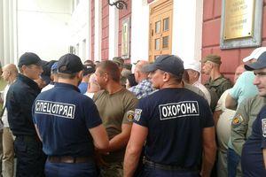 Митинги под стенами Одесского горсовета: вход заблокирован охраной