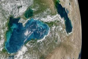 Фото из космоса: NASA показало бирюзовые вихри в Черном море