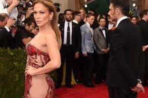 Дженнифер Лопес блеснула формами в пикантном платье за 140 евро