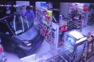 Ленивый китаец въехал за покупками прямо в магазин