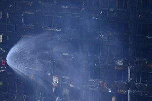 Число жертв пожара в многоэтажке Лондона выросло до 12 человек