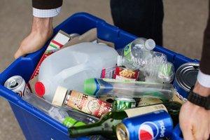 В Киеве мужчина собирает в квартире мусор и бросает фекалии из окна – местные жители
