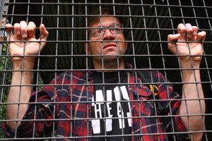 В Киеве посетителей зверинца закрыли в клетке и били палкой