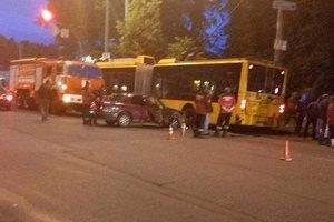 В Киеве легковушка влетела в троллейбус