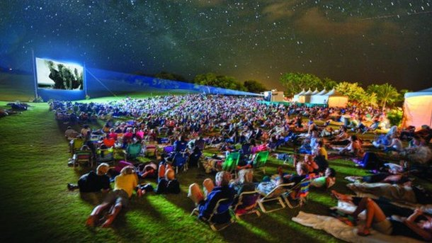 Киноночи прямо на песке устраивают раз в две недели. Фото: Город Х