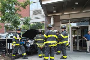 В Нью-Йорке внедорожник сбил прохожих на тротуаре