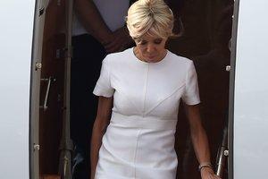 64-летняя супруга президента Франции блеснула стройными ногами в коротком платье