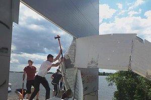 В Конча-Заспе активисты пытались сломать незаконный забор, преграждающий выход к Днепру