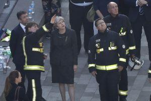 Тереза Мэй сбежала со встречи с пострадавшими от пожара в Лондоне