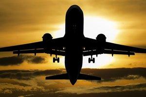 Пассажирский самолет с хлещущим из бака топливом попал на видео