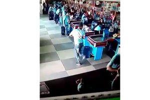 Видеохит: покупатель ловко отбил упавший товар ногой