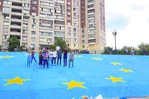 В Киеве появился самый масштабный флаг ЕС