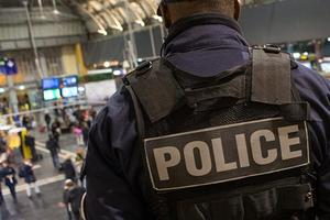 В центре Парижа автомобиль протаранил полицейский фургон, проводится спецоперация
