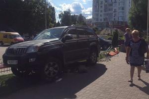 Под Киевом автоледи, перепутав педали, протаранила два авто и сбила скамейки