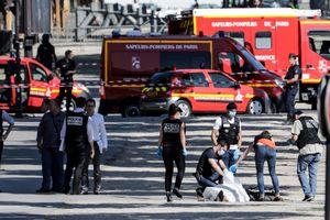 Напавший на жандармов в Париже умер от удушья