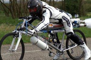 """Видеохит: велосипедист поспорил, что обгонит """"Феррари"""" - и ему это удалось"""