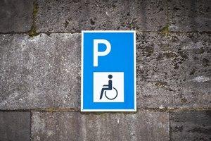 Рада поддержала новые штрафы за парковку на местах для инвалидов
