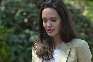 Красная помада и стильный костюм: 42-летняя Анджелина Джоли порадовала внешним видом в Кении