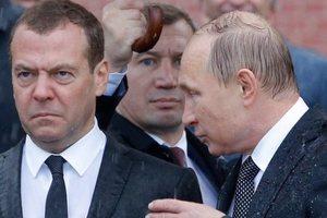 В сети высмеяли насквозь промокших Медведева и Путина
