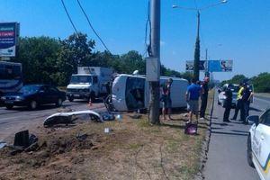 В Одессе микроавтобус снес светофор и перевернулся