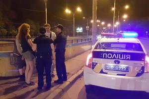 В Киеве подростки прогуливались по тонким парапетам путепровода