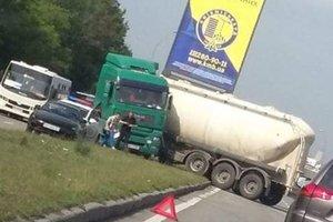 Под Киевом фура врезалась в рекламный щит
