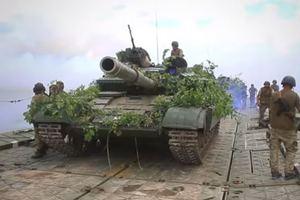 Украинские военные показали, как переправляли танки через реку