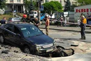 В Киеве иномарка провалилась под асфальт двумя колесами (обновлено)