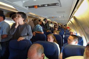 Невменяемая авиапассажирка пыталась открыть люк самолета во время полета