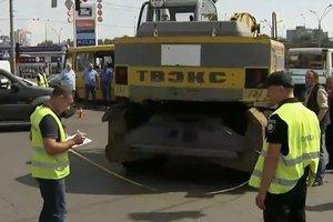 В Киеве на перекрестке столкнулись маршрутка с пассажирами и экскаватор