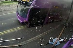 Сбитый автобусом мужчина поднялся и пошел в паб