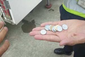 В Китае старушка задержала рейс на пять часов, бросив на удачу монеты в двигатель самолета