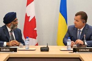 Полторак обсудил с министром обороны Канады события на Донбассе