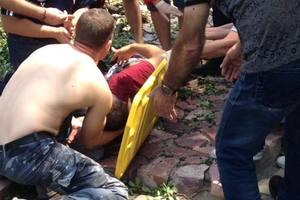 В центре Киева старая груша разломалась и покалечила иностранца