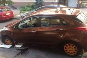 В центре Киева автомобиль частично провалился под асфальт