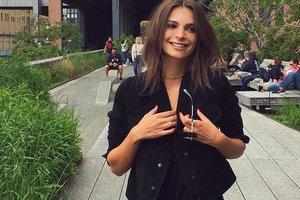Эмили Ратаковски устроила горячую фотосессию в курточке на голое тело