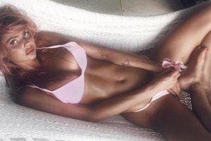 """Бывшая девушка Джастина Бибера сверкнула грудью в """"голом"""" платье-сетке"""