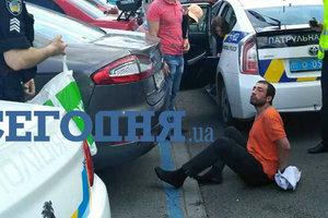 В центре Киева неадекватный мужчина нападал на машины