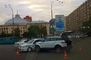 В Киеве не разминулись три авто и троллейбус