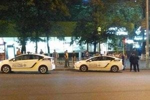 В Киеве пьяная автоледи гоняла по тротуару, снесла несколько бордюров и врезалась в Renault