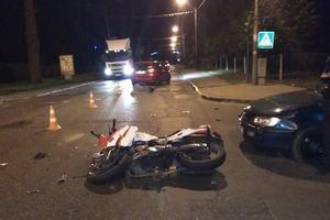 """Под Киевом """"Опель"""" столкнулся с мотоциклом, серьезно пострадал пилот байка"""