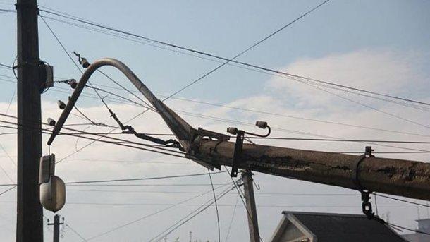 Рухнувшая опора обесточила жилые дома. Фото: 1kr.ua