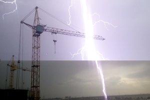 Непогода в Одессе: удары молний и поваленные деревья