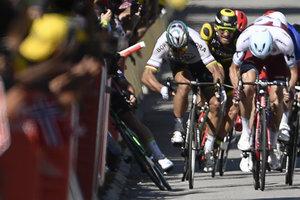"""Один из лидеров """"Тур де Франс"""" Петер Саган дисквалифицирован за удар локтем"""