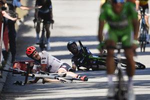 """Велогонщик Кавендиш, сбитый перед финишем этапа """"Тур де Франс"""", снялся с гонки"""