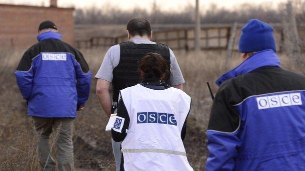 Наблюдатели не смогли попасть в два места размещения отведенного тяжелого вооружения, фото AFP