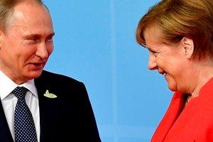 Шутки с Путиным, веселый Макрон: как Меркель встречала мировых лидеров