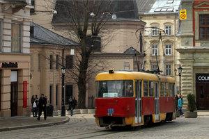 Во Львове пешеход столкнулся с трамваем и остался без пальца