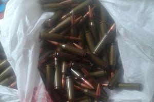 Пограничники обнаружили на Донбассе тайник с оружием и российской формой