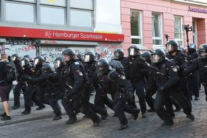 During the riots in Hamburg suffered about 500 police officers